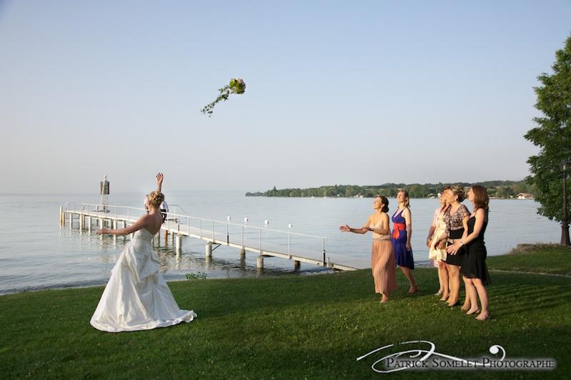 Lancé du bouquet sur fond de lac Léman au chateau de Coudré.
