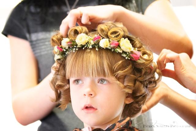 La petite fille s'admire dans un miroir d'un salon de coiffure d'Annecy.