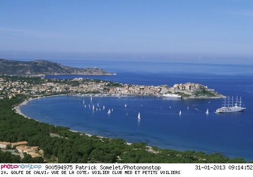 Golfe de Calvi, vue par ULM. Le voilier club Med au mouillage.