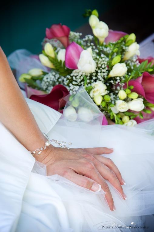 Un magnifique petit bracelet souligne ici délicatement le poignet.